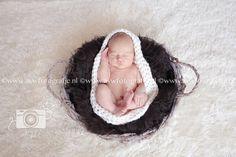 gehaakte cocon voor newbornfotografie foto van www.avwfotografie.nl