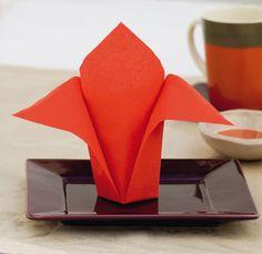 Pliage de serviette Avion en papier, Pliage de serviette - Loisirs créatifs Napkin Origami, Napkin Folding, Paper Art, Paper Crafts, Embroidered Towels, Paper Plane, Communion, Table Runners, Napkins