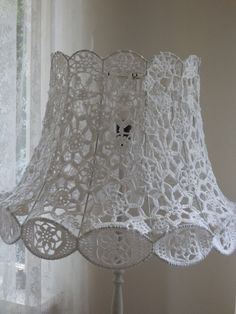 This Pin was discovered by Boż Lampe Crochet, Crochet Art, Crochet Home, Crochet Patterns, Lace Lampshade, Crochet Lampshade, Lampshade Designs, Doilies Crafts, Crochet Buttons