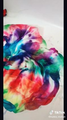 Diy Tie Dye Socks, Diy Tie Dye Shirts, Tye Dye, Tie Dye Folding Techniques, Diy Tie Dye Designs, Tie Dye Tutorial, Tie Dye Nails, Estilo Hippy, Diy Fashion Hacks