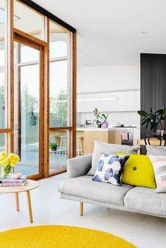 Keltainen talo rannalla: Modernia kolmella tavalla