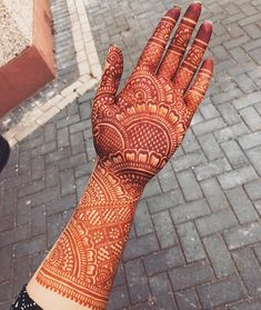 Check out the 60 simple and easy mehndi designs which will work for all occasions. These latest mehandi designs include the simple mehandi design as well as jewellery mehndi design. Getting an easy mehendi design works nicely for beginners. Indian Henna Designs, Henna Hand Designs, Latest Bridal Mehndi Designs, Full Hand Mehndi Designs, Mehndi Designs 2018, Mehndi Designs For Beginners, Mehndi Designs For Girls, Mehndi Design Photos, New Bridal Mehndi Designs