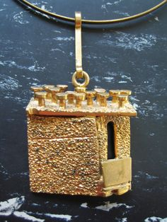 Jorma Laine gilt bronze pendant, a unique Lai-For Koru Oy , Vintage Jewellery, Jewelry Art, Jewelry Design, Bronze Pendant, Metal Clay, Modernism, Contemporary Jewellery, Brooches, Jewerly