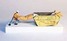 """O escultor inglês Nic Joly criou uma coleção de miniaturas de estátuas. O que começou apenas como um hobby para entreter seus filhos acabou se tornando sua ocupação profissional. Chamadas de""""Under Foot"""", as pequenas esculturas são feitas de arame, papel e argila e têm menos de 1 cm de altura e 0,5 cm de largura."""