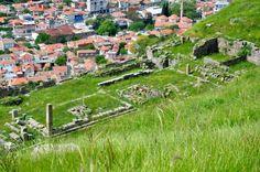 Yazılı belgelerde Pergamon'dan ilk kez MÖ 4. yüzyılın başlarında söz edilir. Kent daha sonra Pergamon Krallığı'nın başkenti oldu. Bu dönemde saray, tapınak, tiyatro gibi yapılarla yapıldı, kent kule ve surlarla çevrildi. Pergamon, krallığın Roma'ya bağlanmasından sonra da Batı Anadolu'nun sayılı kentlerinden biri olarak kaldı. BERGAMA İZMİR