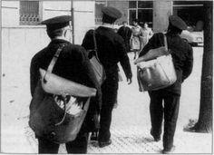 #apctitudes Carteros urbanos con las valijas (carteras) al hombro iniciando el reparto en 1946 en San Sebastián.