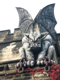 One of two gargoyles that guard the entrance above Eastern State Penitentiary, Philadelphia, PA.I know it's not a dragon but I love it anyway! Dragons, Art Beauté, Gothic Gargoyles, Eastern State Penitentiary, Ange Demon, Art Sculpture, Drawing Projects, Fantasy, Green Man