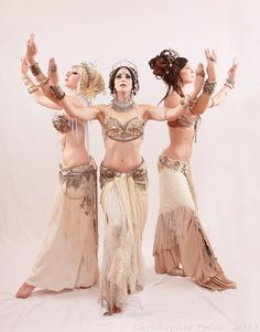 Bellydance Vogue: Tribal bellydance: white is in! Tribal Fusion, Tribal Mode, Belly Dance Outfit, Belly Dance Costumes, Mode Bizarre, Dark Black, Estilo Tribal, Tribal Costume, Belly Dancing Classes