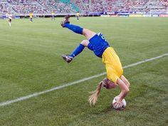 En esta imagen podemos observar este saque lateral que realiza esta jugadora, se tira haciendo una mortal apoyándose sobre el balón.