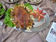 Kaczka pieczona jabłkiem obłożona. The roasted duck covered with the apple