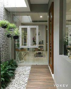 Pintu, jendala dan tamannya sukaa bangett😍😍Semoga terinspirasi💖Photo by juga👇👇 rumah kece lainnya👇👇 Terrasse Design, Balkon Design, Design Exterior, Interior And Exterior, Home Room Design, Home Interior Design, Modern Interior, Home Deco, Internal Courtyard
