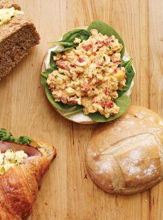 Recette de Ricardo de sandwich aux oeufs et au poivron rôti
