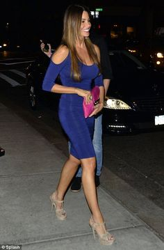 Sofia Vergara looks absolutely amazing in a curve hugging blue dress with a hot pink clutch bag and a pair of nude heels. #sofia_vergara #heels