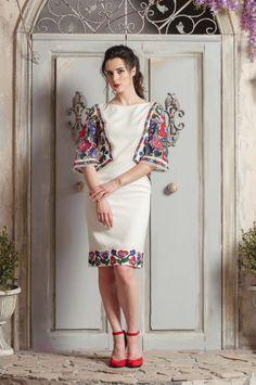 Сукня оздоблена вишивкою гладдю, бавовняними нитками, та ексклюзивним бавовняним мереживом.