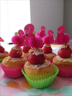Trakteren: Cupcake, aardbei en prikker! Eenvoudig & snel klaar. Maak deze eenvoudige cupcake met aardbei en een vrolijke flamingo prikker
