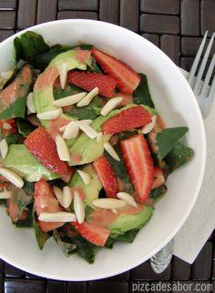 Ensalada con fresa, almendras, espinacas y aderezo de fresa – Pizca de Sabor