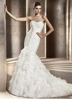 Strapless sweetheart chapel train organza wedding dress with ruffle