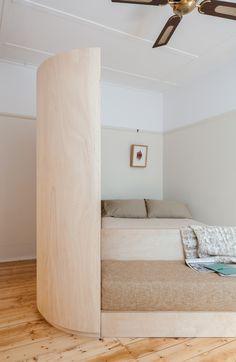 Departamento estudio pequeño y esculpido / Catseye Bay Design Apartment Projects, Apartment Renovation, Apartment Layout, Apartment Interior, Apartment Living, Tiny Apartments, Studio Apartments, Cozy Nook, Timber Flooring