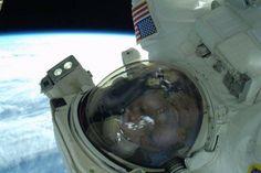 """O astronauta Rick Mastracchio tira um """"selfie"""" em 23 de abril durante uma missão de reparação no exterior da Estação Espacial Internacional."""