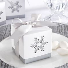 Makes me want to bake cookies and gift them in these cute little boxes.