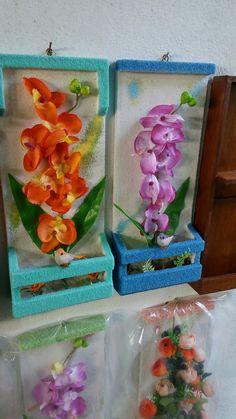 Jardineiras com flores e passarinho artificiais, fundo e moldura jateado com areia colorida.