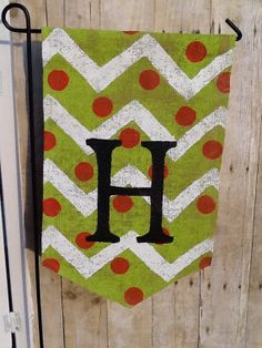 Christmas Chevron and polkadot hand painted Burlap Garden Flag with Monogram on Etsy, $20.00 Burlap Projects, Burlap Crafts, Crafty Projects, Wood Projects, Burlap Yard Flag, Burlap Garden Flags, Burlap Banners, Diy Christmas Gifts, Holiday Crafts