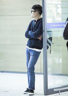 (= ̄ω ̄=) KyungSoo's waiting for me~ Looks a bit annoyed. Kyungsoo, Chanyeol, Kaisoo, Jimin Airport Fashion, Exo Korean, Do Kyung Soo, Kpop Exo, Exo Members, Black Turtleneck