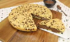 This tasty chocolate chip cookie cake is a quick and easy dessert to prepare. The preparation is similar to a crumble, but with a delicious addition: chocolate chips.