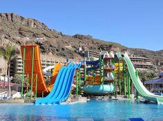 Paradise lago taurino en gran canaria ,en España ,este complejo con una gran piscina de agua salada , toboganes y atracciones para niños y adultos y después de tanta diversión te podes relajar en las colchonetas mientras disfrutas de un aperitivo y una bebida
