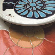 Il blu e l'azzurro, il rosso e l'arancio, i colori vitali della natura del Mediterraneo prendono la forma delle Conchiglie nei Piatti da Collezione di #ateliercerasarda. Soggetti esclusivi, firmati da Giorgio Bosi, tutti da collezionare. #MediterraneoStyle #ceramics #design #homedesign #homedecor #lifestyle #interiordesign #architecture #creative #madeinitaly #ceramicsofitaly #style #designinspiration #grupporomani #cerasarda #ceramica