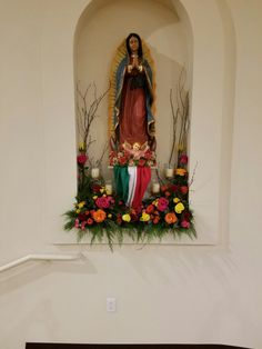 Virgen Home Altar Catholic, Prayer Garden, Entrance Table, Decoupage, Religious Images, Mother Mary, Diy Gifts, Floral Arrangements, Religion