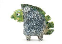 kunst – skulptur – Ginette Wien skulptur – Samtalepartneren – dekoration – interiør – unika – kunstner – tinga tango designbutik – væsen – fabeldyr- gaveide – inspiration – kunst til hylden – grøn – Porcelæn – keramik – keramik figur