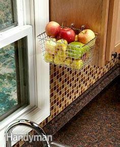 Platzsparend für eine freie Arbeitsfläche: hängender Obstkorb