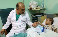 Este libanês salva o coração de crianças refugiadas sírias - PÚBLICO   Com o seu minúsculo peito aberto Amena de nove meses espera por uma cirurgia de alto risco. Faz parte do pequeno grupo de refugiados sírios que Issam al-Rassi um cardiologista libanês salva semanalmente apesar da escassez de fundos para as cirurgias.  Já vi bebés morrer enquanto os pais procuravam ajuda conta Rassi um dos cardiologistas mais proeminentes no Líbano num testemunho emocionado.  Apesar do seu horário…
