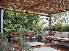 A empresa de jardinagem Boobamboo instalou o jardim vertical para esconder a vista do prédio vizinho na cobertura. Para facilitar a manutenção, o muro verde recebeu pontos de irrigação automática