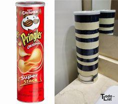 Con una lata de patatas puedes hacer un útil dispensador para los discos de algodón. ¡Una idea para tenerlos siempre a mano!
