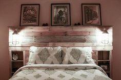 Des lanternes pour donner du caractère à une tête de lit DIY avec des palettes