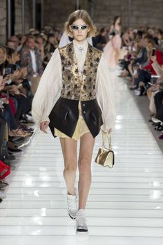 The complete Louis Vuitton Spring 2018 Ready-to-Wear fashion show now on Vogue Runway. Fashion 2018, Fashion Week, Runway Fashion, Boho Fashion, Fashion Brands, Fashion Design, Vogue Paris, Collection Louis Vuitton, Boho Outfits