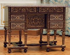 Boulle marquetry DeskOffice mazarin marquetry a face in the manner of André-Charles Boulle. it has six drawers and a door with four side box. under the top two frieze drawers, above a small cupboard flanked by slightly recessed bunk drawers. based on eight tapered legs ending in sheaths flattened balls connected by a spacer h. part time louis xiv. h. 80 cm l. 110 cm, p. 67 cm source Kohn