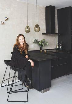 Spartelmasse, messing, kunst og bejdse – alle kneb er taget i brug i Benedicte Maria Bech Pedersens køkken. Rummet er ikke stort, men det har masser af personlighed, og med et par tips kan du selv få stilen derhjemme.