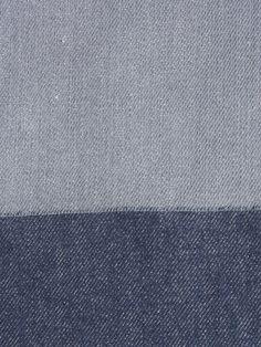 Das Stoffpaket besteht aus zwei Zuschnitten unseres Denim mit Webkante in blau und grau. Beide Zuschnitte sind 1,50 Meter lang und etwa 1,70 Meter breit und bestehen aus Baumwolle (kbA).