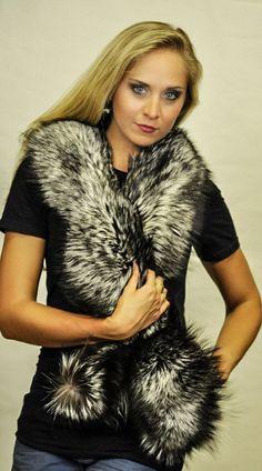 La sciarpa in volpe argentata viene considerata tra le sciarpe in pelliccia  come la piu' affascinante e la piu' amata dalle donne. Questa sciarpa in autentica volpe anaturale e' perfetta per proteggerti dal freddo invernale  e donarti un look unico ed inconfondibile.  www.amifur.it