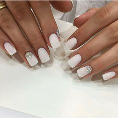 The advantage of the gel is that it allows you to enjoy your French manicure for a long time. There are four different ways to make a French manicure on gel nails. Bride Nails, Prom Nails, Fun Nails, Nails 2018, French Nails, French Pedicure, White And Silver Nails, White Nails With Design, White Summer Nails