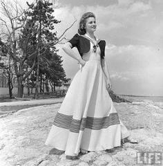 sailor dress - this reminds me of my blue and white pinstripe dress my mama made for me - lays just like this! Might have to consider getting a shrug like this lovely lady! Vintage Outfits, 1940s Outfits, Retro Outfits, Vintage Dresses, 50s Dresses, Long Dresses, Sailor Outfits, Sailor Dress, 1950s Style