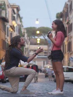 Es ist ein Heiratsantrag der besonderen Art: Zu Ehren des verstorbenen Schwiegervaters dreht er ein Video für seine Freundin, das zu Tränen rührt.