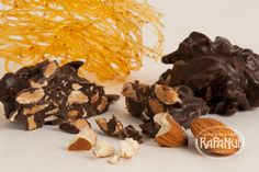 Deleite: Almendras tostadas, picadas y caramelizadas combinadas con exquisito chocolate. © Copyright Chocolates Rapa Nui