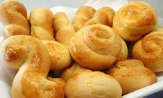 Υλικά (για 100 – 110 κουλουράκια) 1 κούπα βούτυρο 2 κούπες ζάχαρη 4 μέτρια αυγά 1 κούπα γάλα χυμό από 1 πορτοκάλι ξύσμα από 1 λεμόνι 3 – 4 σωληνάκια βανίλια 1 κουταλιά