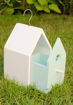 Simple birdie house that matches the feeder :) simple & easy cleaning. Garden Crafts, Garden Projects, Wood Projects, Projects To Try, Bird House Feeder, Bird Feeders, Decoration St Valentin, Bird House Plans, Deco Nature