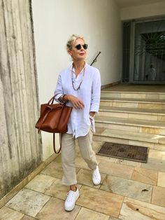 Effortless style… linen fashion … theory linen pants … big bag C… Over 60 Fashion, Mature Fashion, Over 50 Womens Fashion, Young Fashion, 50 Fashion, Plus Size Fashion, Fashion Outfits, Fashion Trends, Fashion Vest