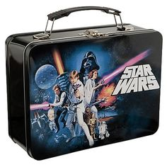A great gift could be this vintage looking Star Wars A New Hope MEGA Lunchbox. Lunch Box Thermos, Tin Lunch Boxes, Vintage Lunch Boxes, Metal Lunch Box, Star Wars Lunch Box, Star Wars Episode 4, Tin Star, Boite A Lunch, School Lunch Box